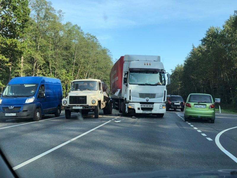 Под Брянском на трассе столкнулись грузовики ГАЗ и Renault