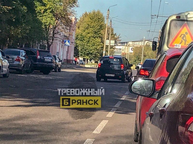 Брянских водителей взбесил объезжавший пробку по встречке автохам