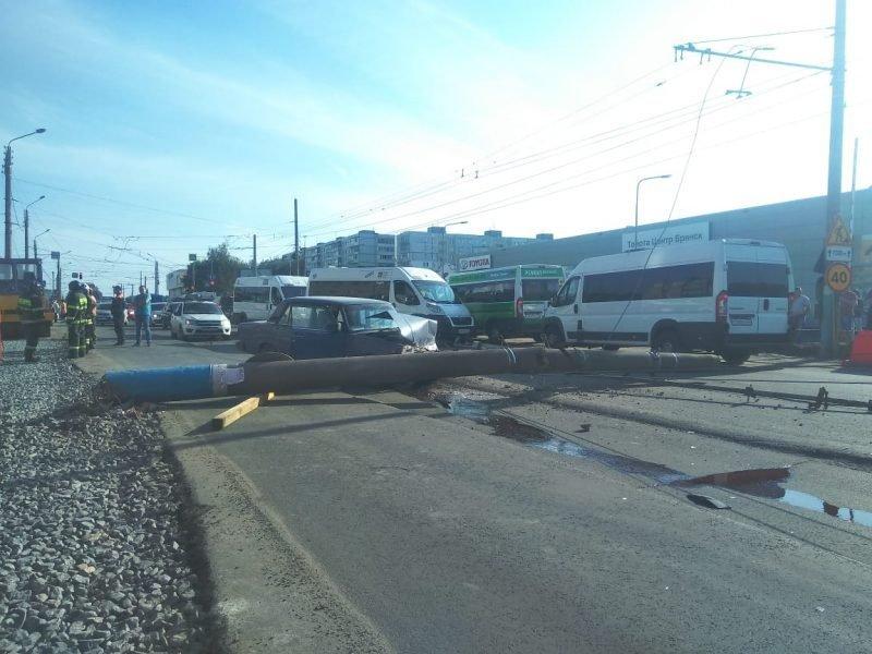 В сети появилось видео падения столба на улице Авиационной в Брянске