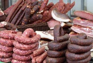 В Выгоничах два предпринимателя торговали сомнительной мясной продукцией
