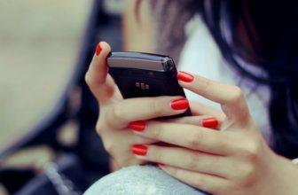 В Брянске 19-летняя девушка забрала у подруги мобильник в счет долга