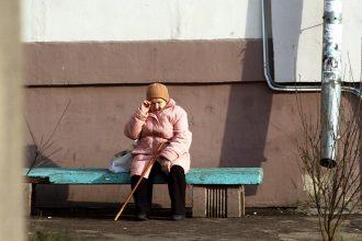 В Брянске байкер сломал ногу сидящей на лавочке у подъезда 78-летней пенсионерке