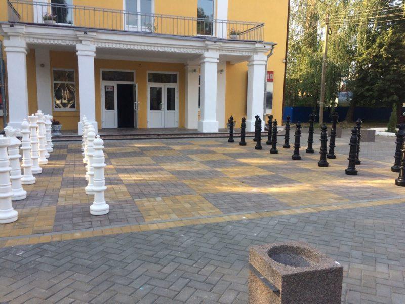 В Трубчевске на площади перед кинотеатром появилась огромная шахматная доска