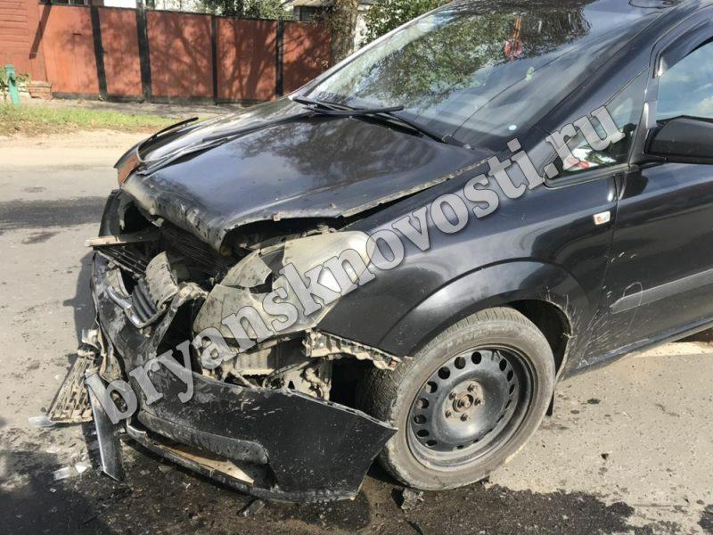В Новозыбкове водитель «Opel Zafira» не уступил дорогу и столкнулся с «ГАЗелью»