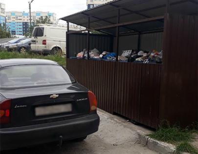 В Брянске автохамы мешают вывозу мусора из дворов многоэтажек