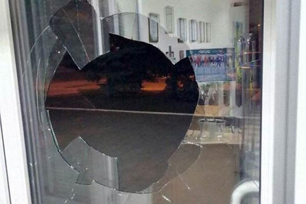 На станции под Брянском пьяный уголовник разбил стекло на двери