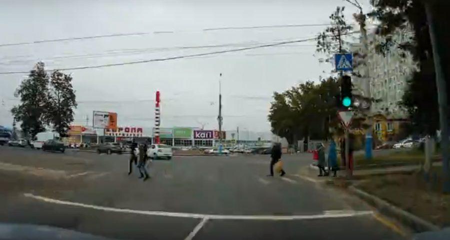 В Брянске сняли на видео пешеходов-камикадзе