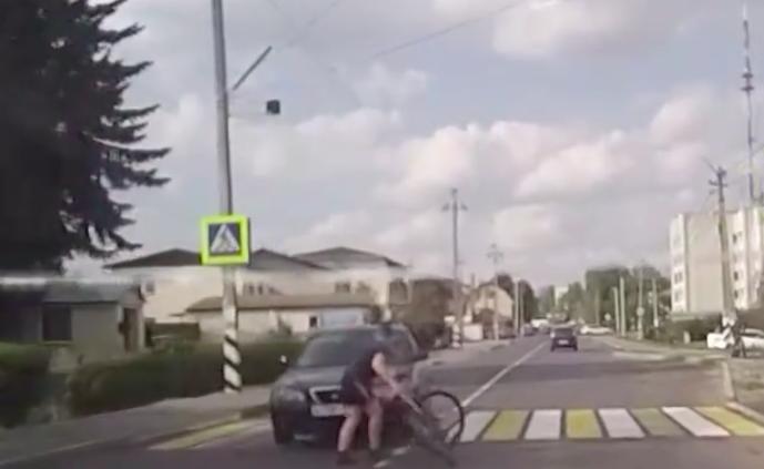 В Брянске водитель обматерил сбитого им велосипедиста