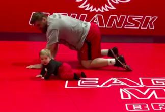 Брянский боец Виталий Минаков поделился видео с младшим сыном