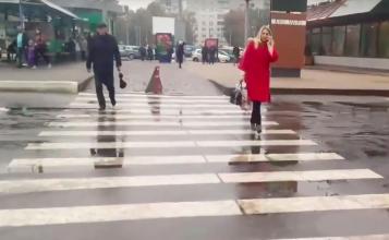 В Брянске около «БУМ сити» сняли на видео пешеходов-камикадзе