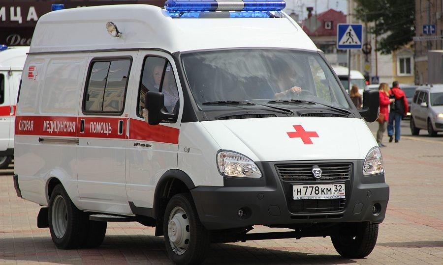 На брянской трассе ВАЗ протаранил Mercedes, есть пострадавший