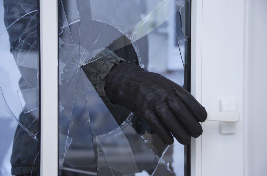 В Брянске уголовник украл гаджет через разбитое окно