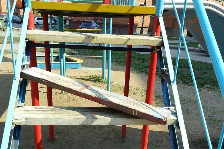 В Выгоничах нашли опасную детскую площадку