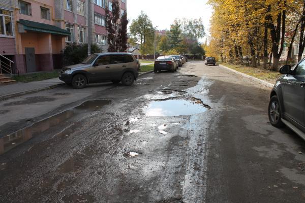 В Брянске чиновников просят отремонтировать и осветить дорогу возле библиотеки №4