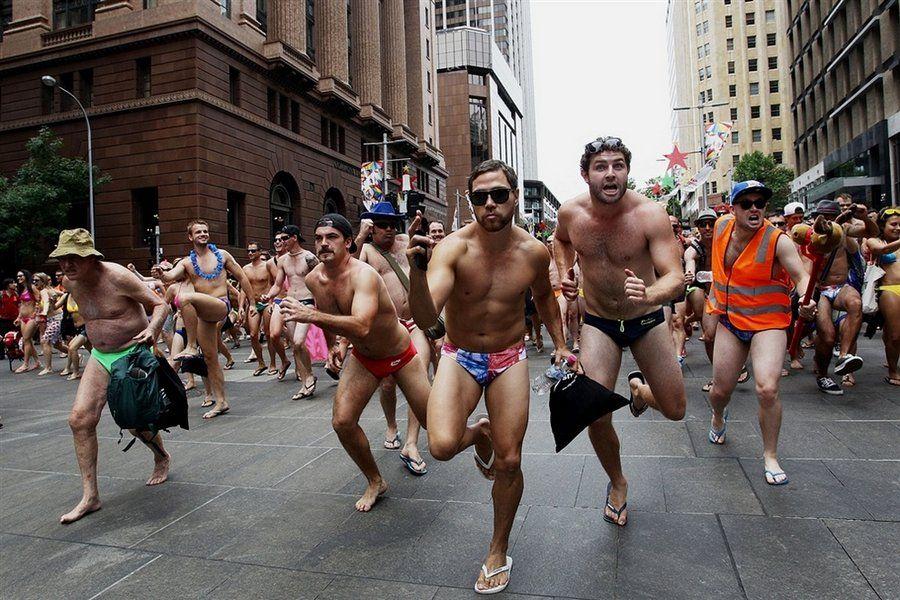 В Брянске голые парни из бани устроили кино на улице