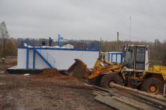В Рогнедино ремонт очистных сооружений продолжают под дождем