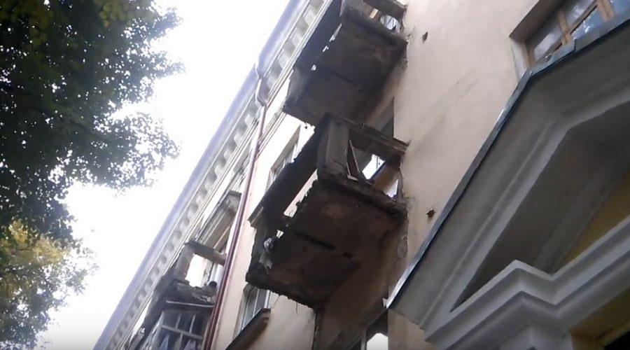 В центре Брянска над пешеходами нависла смертельная опасность