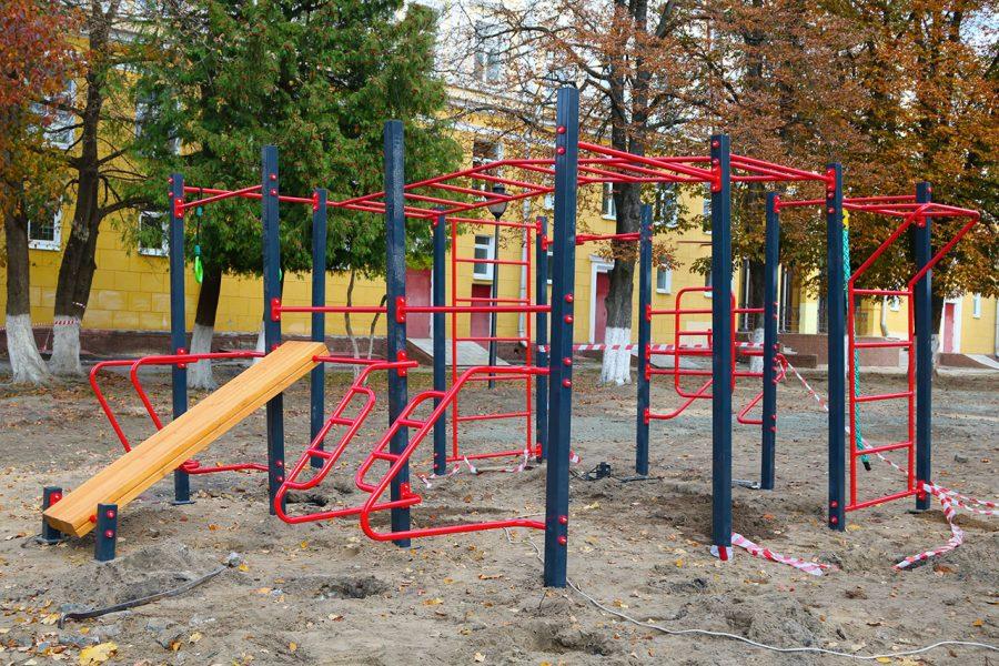 В Брянске в парке возле ДК Железнодорожников устанавливают турники
