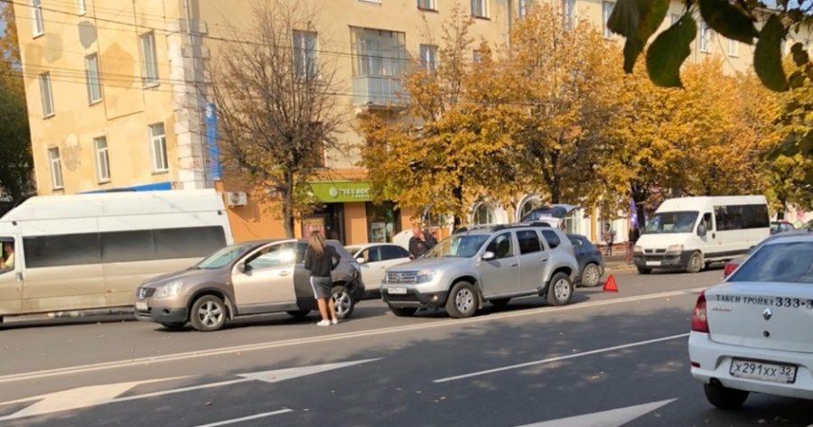 В Брянске две иномарки столкнулись возле ТРЦ «Родина»