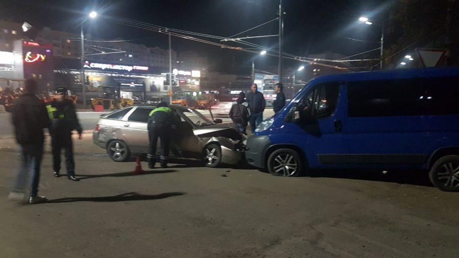В Брянске на Авиационной в лоб столкнулись легковушка и микроавтобус
