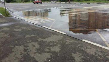 В Брянске утонул пешеходный переход возле «Линии»