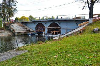 В Новозыбкове на старинный мост уложили новый асфальт