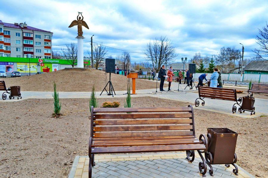 Обновленный сквер у «Доброго ангела мира» открыли в Новозыбкове