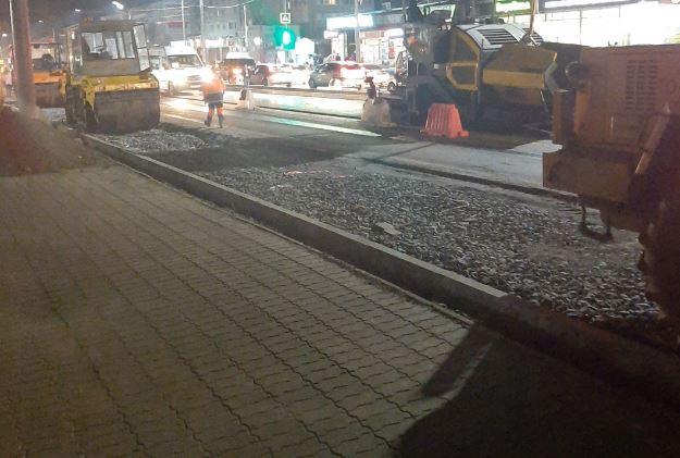 В Брянске катки дорожников перекрыли дорогу в вечерний час пик