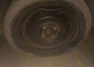 В Брянске у машины согнуло колесо на дорожной яме