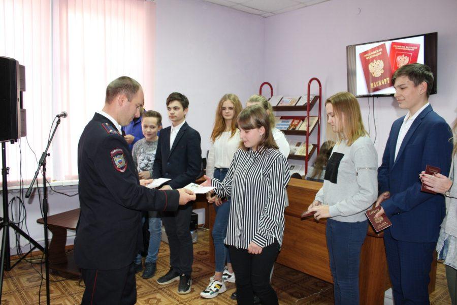 Юным жителям Карачевского района торжественно вручили паспорта