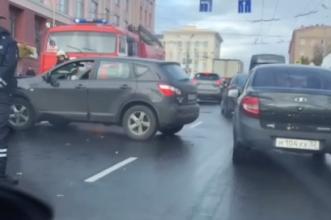 В Брянске возле ЦУМа столкнулись две легковушки