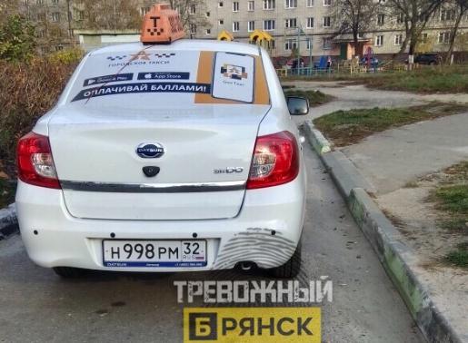 В Брянске дорогу маме с коляской перекрыл автохам