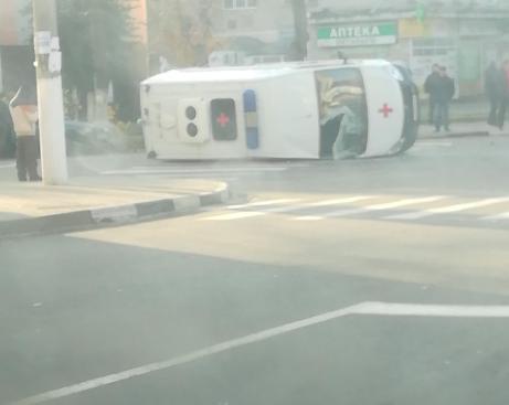 В Клинцах на перекрёстке перевернулась машина скорой помощи