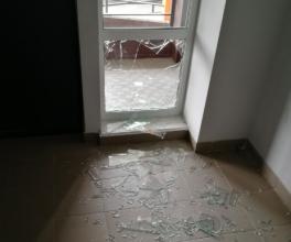 В Брянске неизвестные вандалы разгромили подъезд многоэтажки