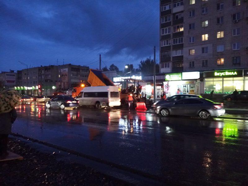 В Брянске сняли на видео укладку асфальта под дождем