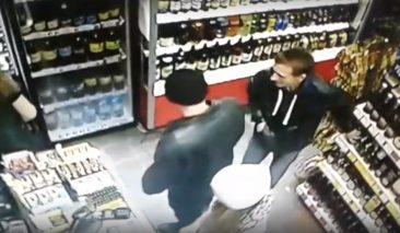 В Брянске сняли на видео покупателя, который пытался украсть алкоголь