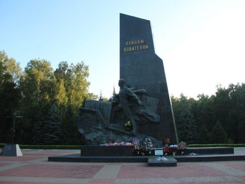 В Брянске «Чистую планету» наградили за порядок возле памятника воинам-водителям