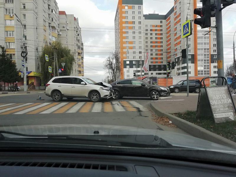 В Брянске на улице Дуки не поделили дорогу два автомобиля