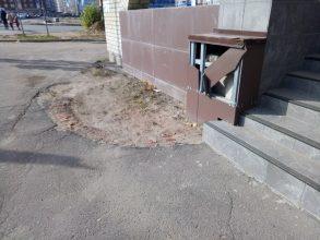 В Брянске вандалы разгромили фасад знаменитой «Пирамиды» на переулке Пилотов