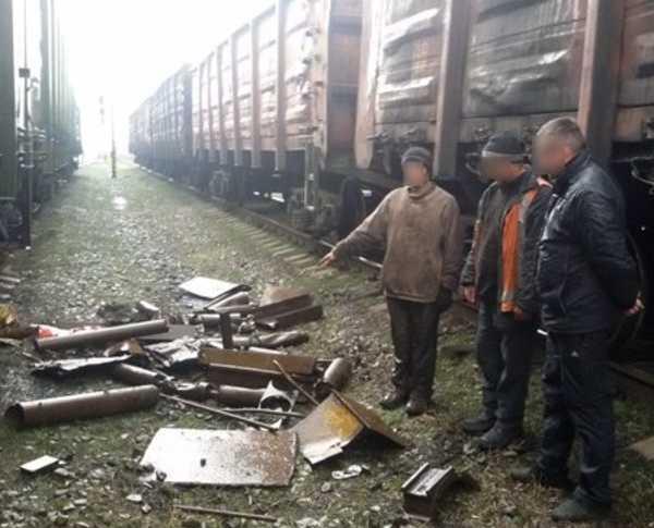 Трое безработных брянцев промышляли кражами металла с поездов