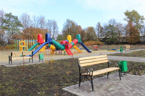 В Комаричах близится к завершению строительство нового сквера