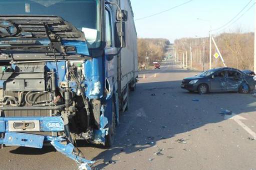 На брянской трассе водитель фуры протаранил две легковушки