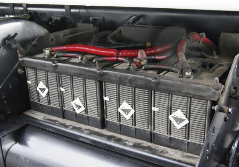 Ночью в Брянске с грузовика украли 4 аккумулятора
