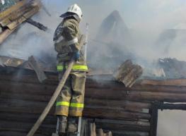 Бесхозную постройку в брянском селе тушили две пожарные машины