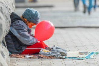 Жительница Новозыбкова отправила маленькую дочь просить милостыню