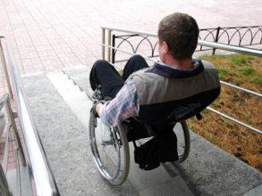 В Брянске инвалид-колясочник оказался отрезанным от цивилизации