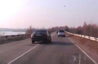 На брянской трассе сняли на видео хамскую манеру езды водителя Mercedes