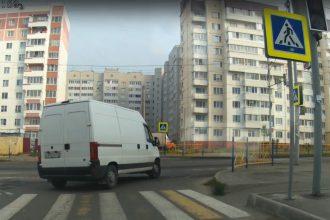 В Брянске сняли на видео проехавшего на красный свет водителя