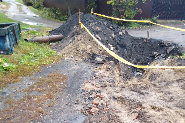В Карачеве коммунальщики раскопками заблокировали дом