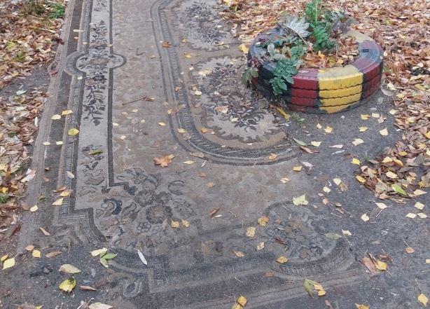 В Брянском дворе тротуар застелили коврами